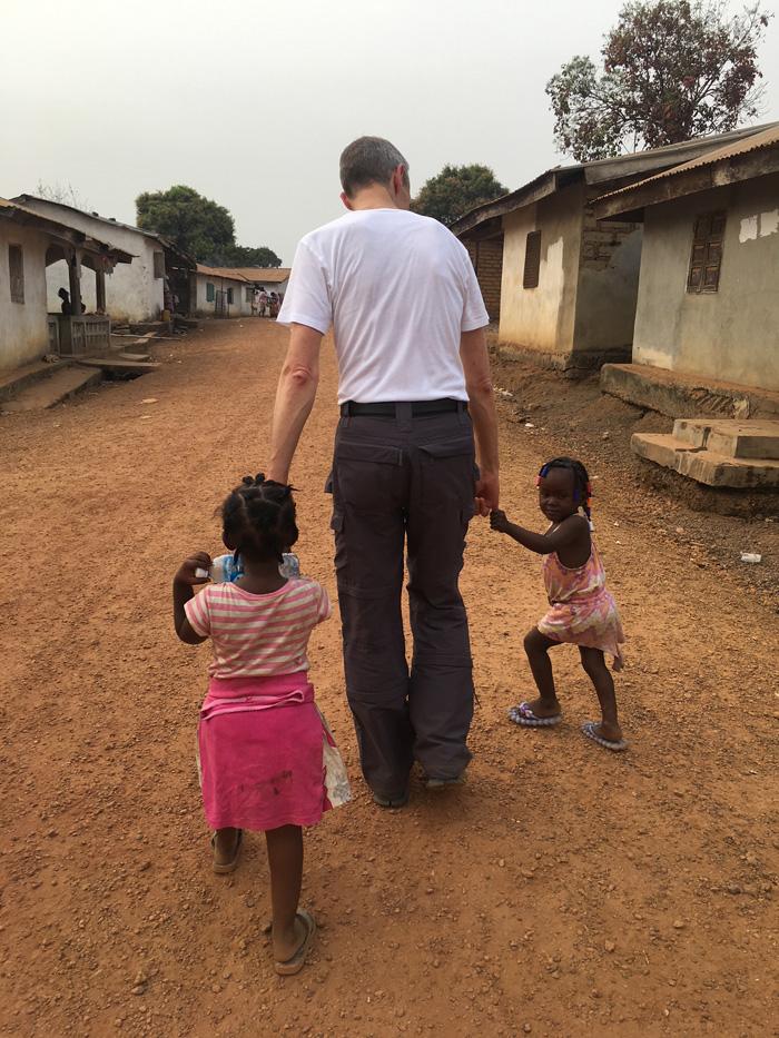 DR. RÜTTERMANN MIT DOKTERS VAN DE WERELD IN SIERRA LEONE